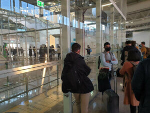 Schlange stehen im Flughafen Faro